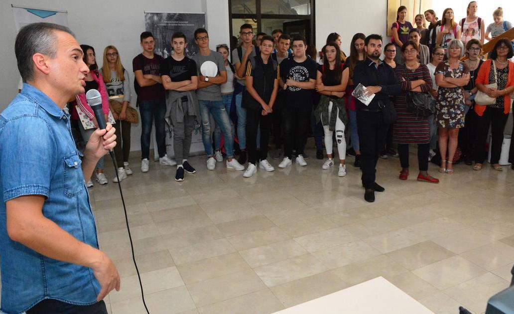 Izložba Biti ucenik - Slavonski Brod - uvodni roll up se ne vidi dobro od publike